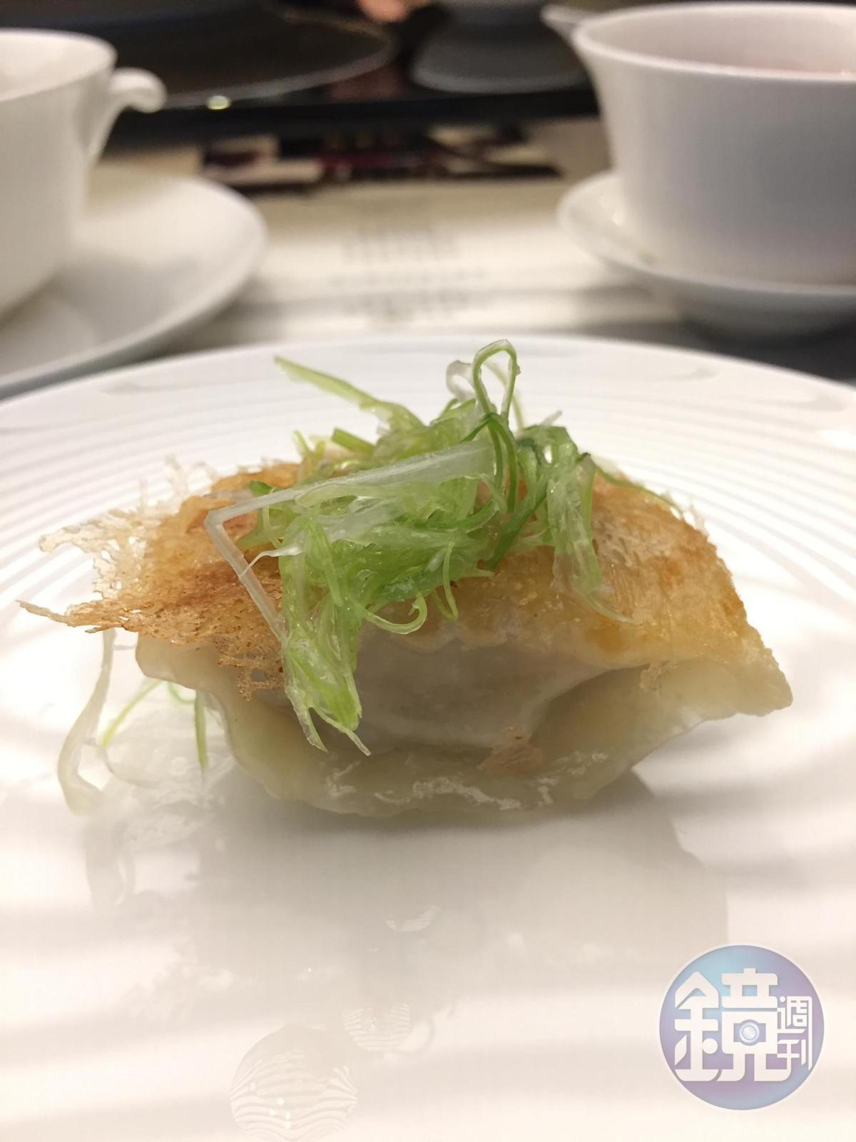 金燦的鍋貼配米網皮、蔥絲同吃,鮮美多汁。