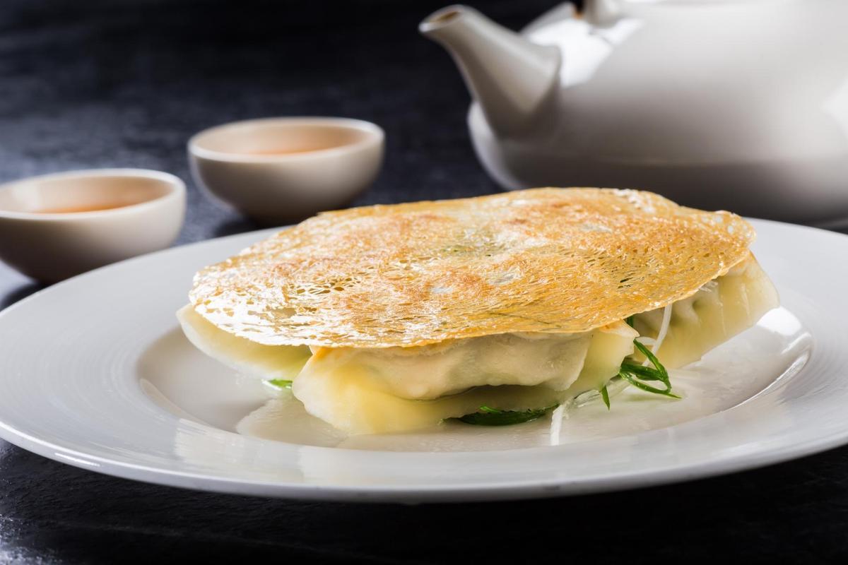 「韭菜金網煎鍋貼」會用越南米網皮是有原因的。(210元/3顆)(台北晶華酒店提供)