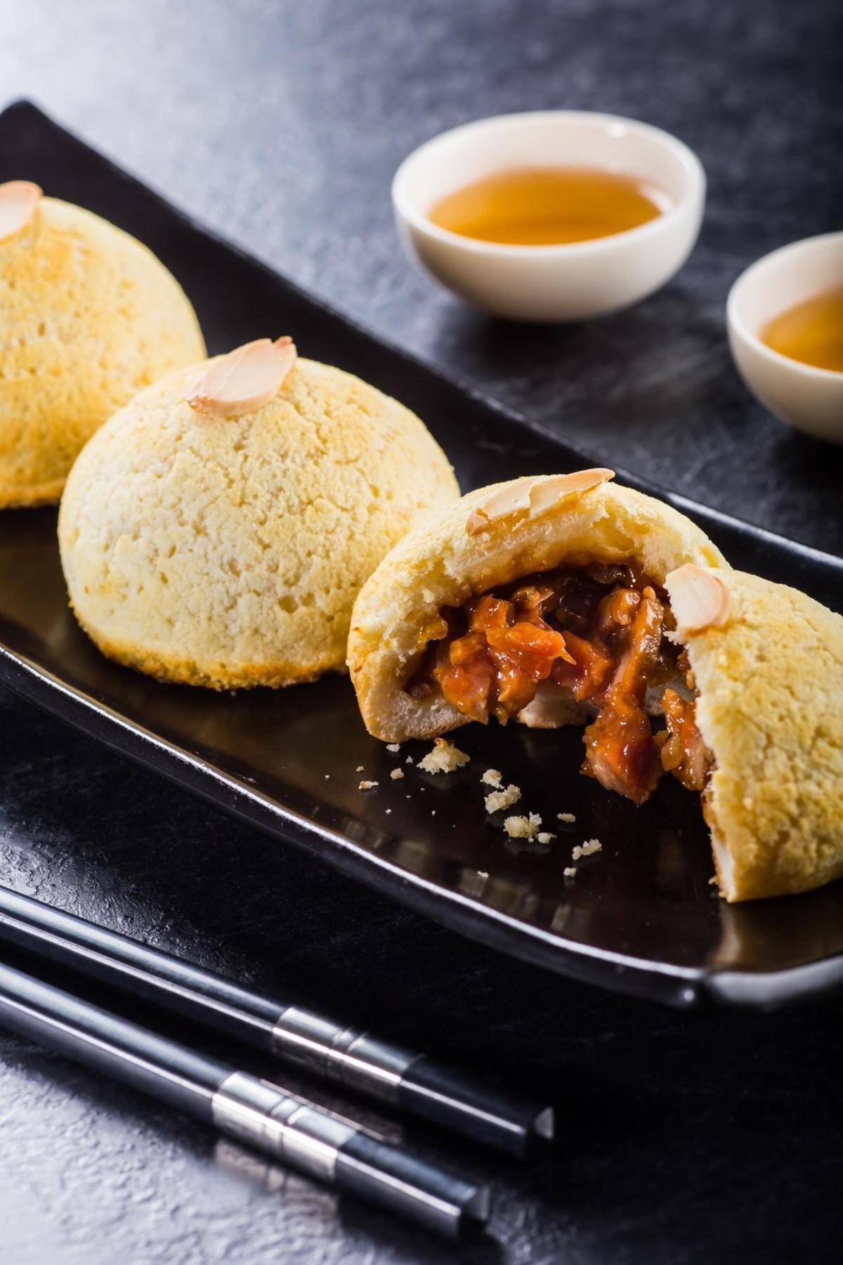 「杏片雪山叉燒包」現烤出爐,甜香迷人。(240元/3顆)(台北晶華酒店提供)