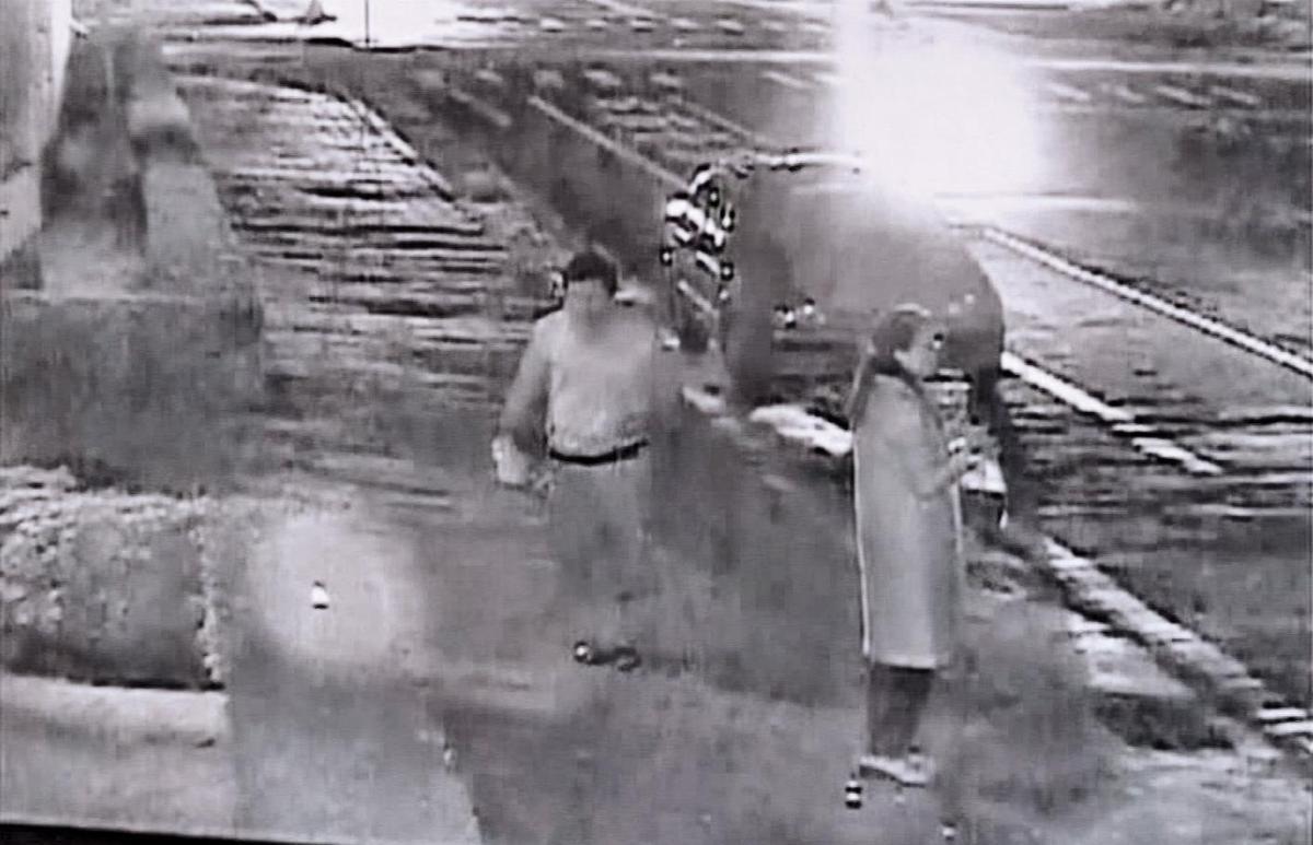 凶手蔡維琦(左)犯案後逃離現場,遭監視器拍下。(翻攝畫面)