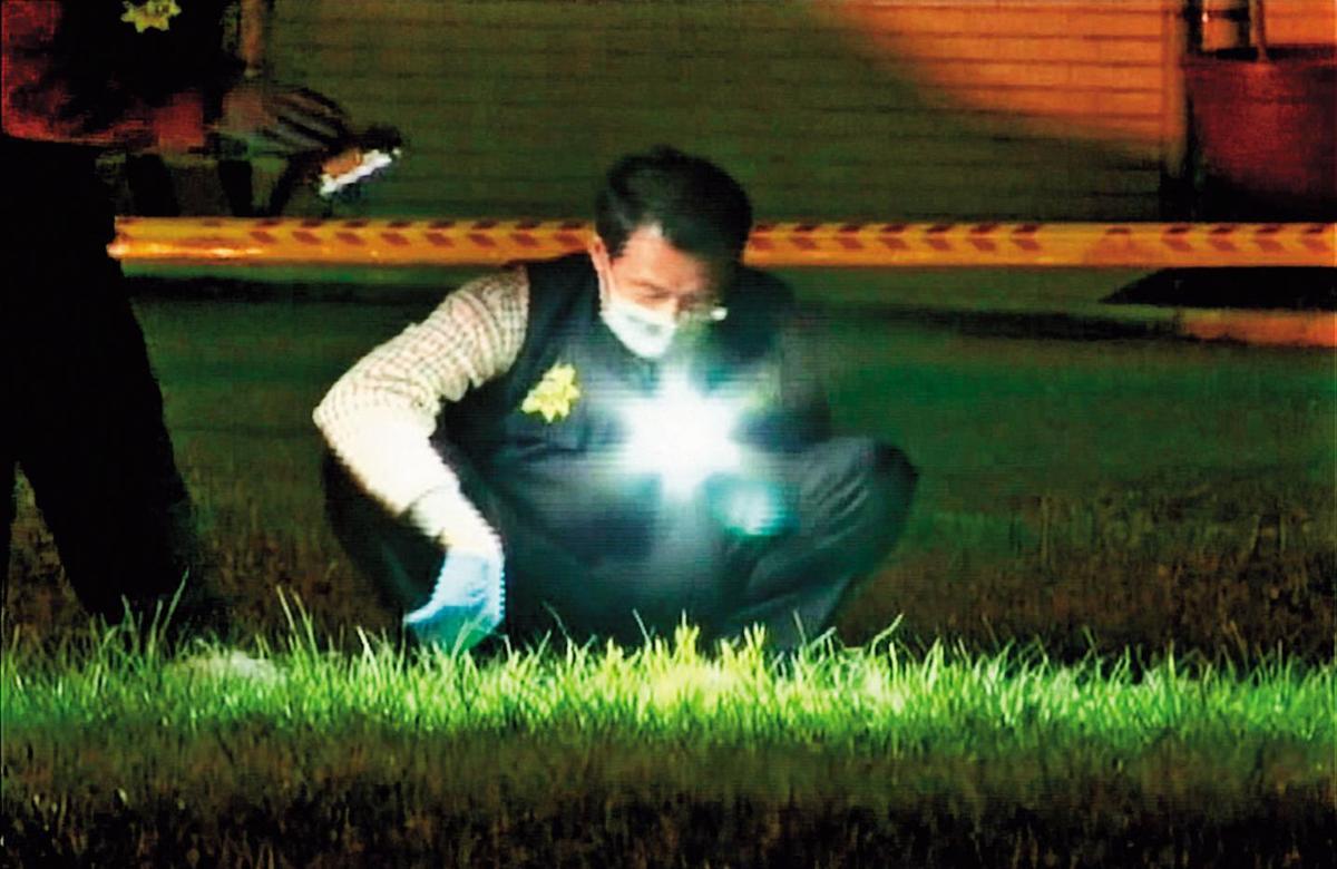 割喉命案發生後,警方在現場大規模採證追查。(東森新聞提供)