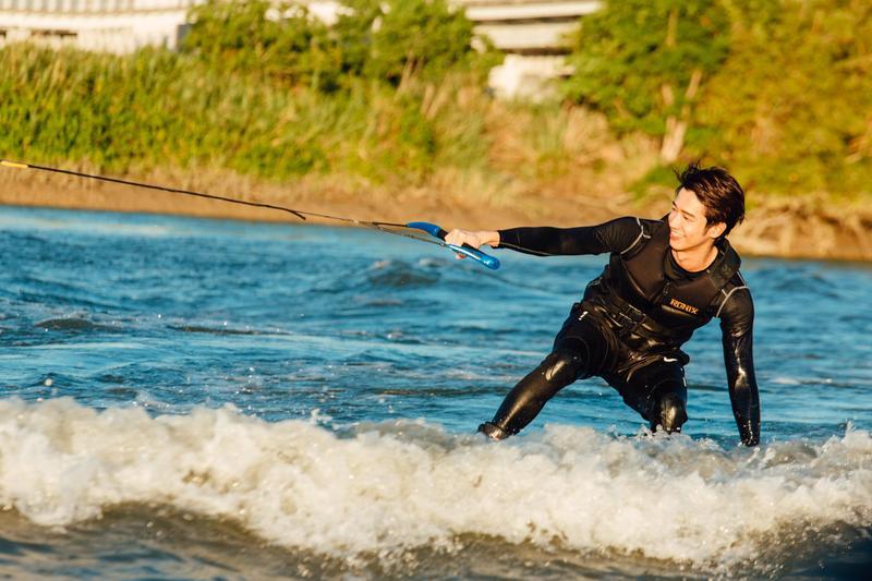 劉以豪在短時間內即駕馭滑水技巧,享受競技快感一次就上手。(亞洲萬里通提供)