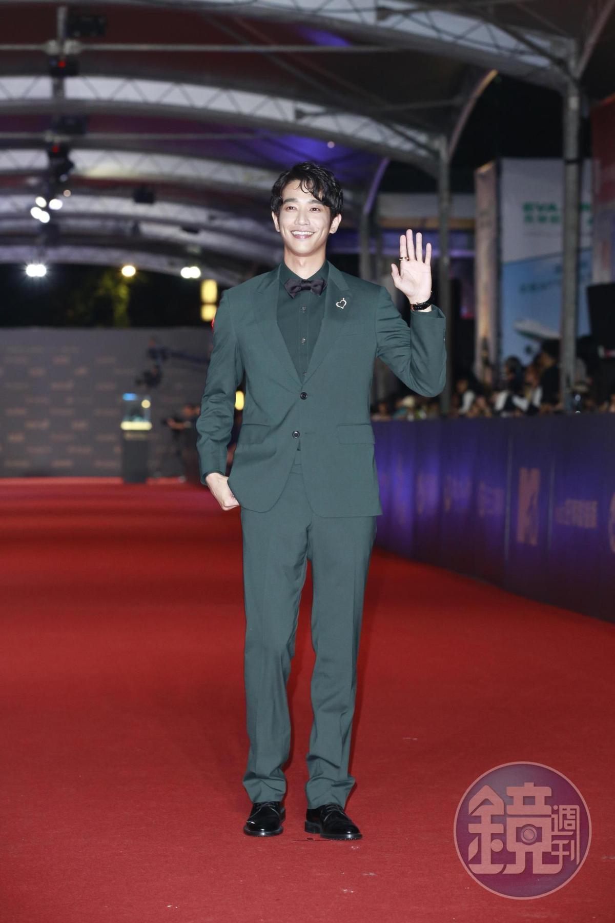 劉以豪穿上最流行的夜幕綠,帥氣度不輸韓星。