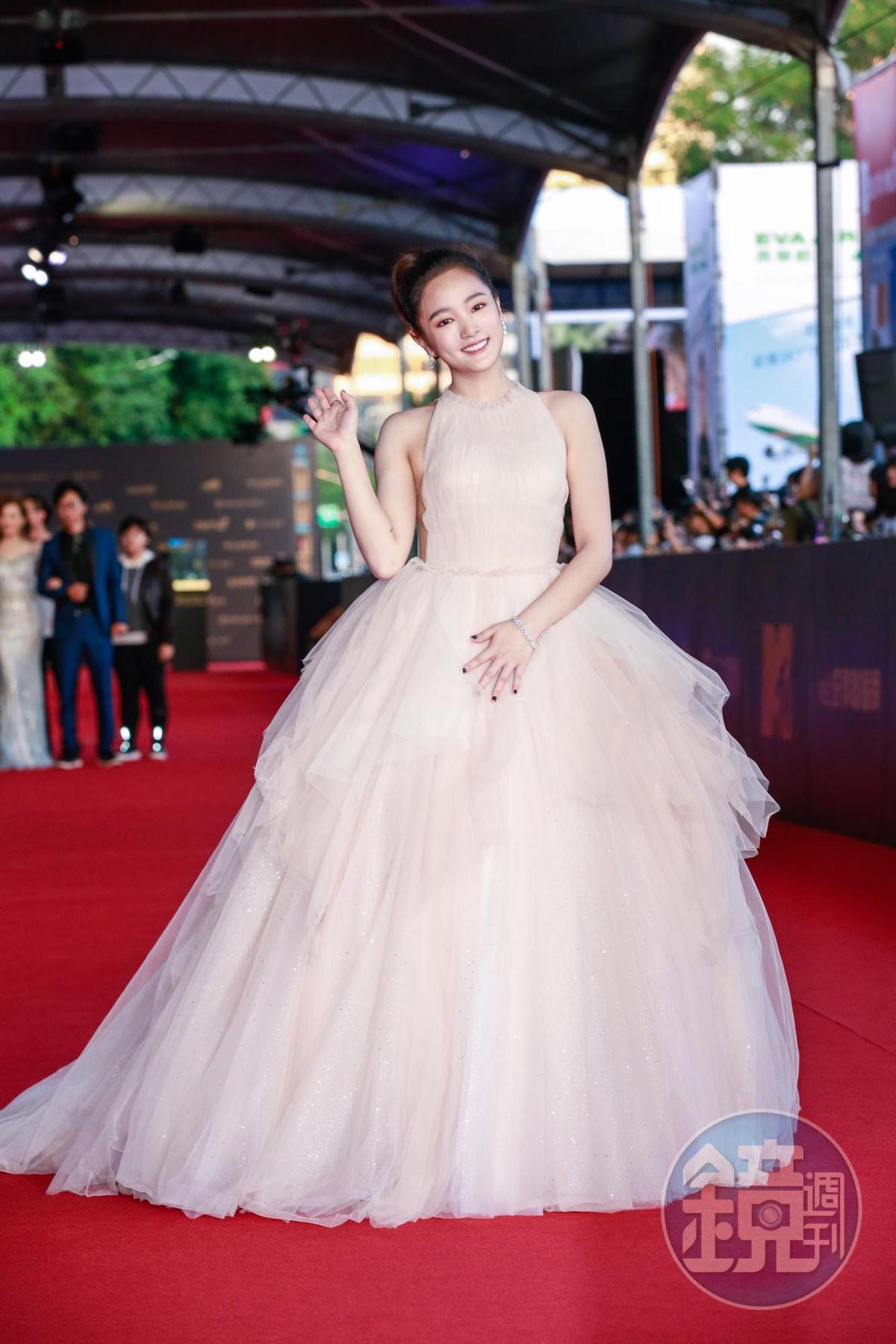 王淨穿上粉色大洋裝,但副乳疑似也跑出來見客。