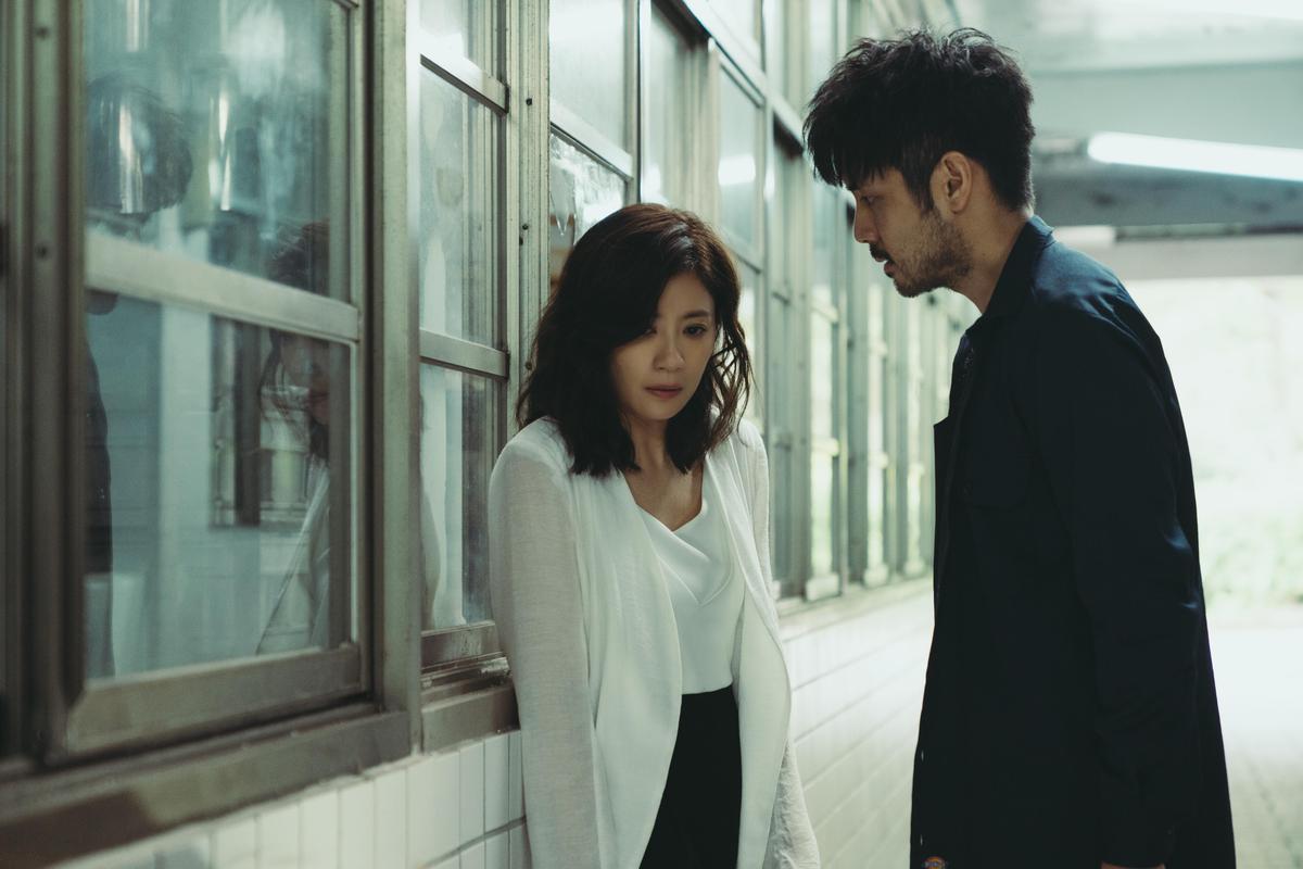 賈靜雯(左)再次呈現瀕臨崩潰邊緣的演技,與章立衡呈現愛恨交織的緊張關係。(Netflix提供)