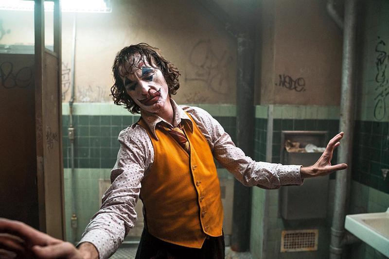 電影同時有著厚度與娛樂性,瓦昆菲尼克斯神奇地將三種情緒完美融合,成就影史級的精彩演出。(華納提供)