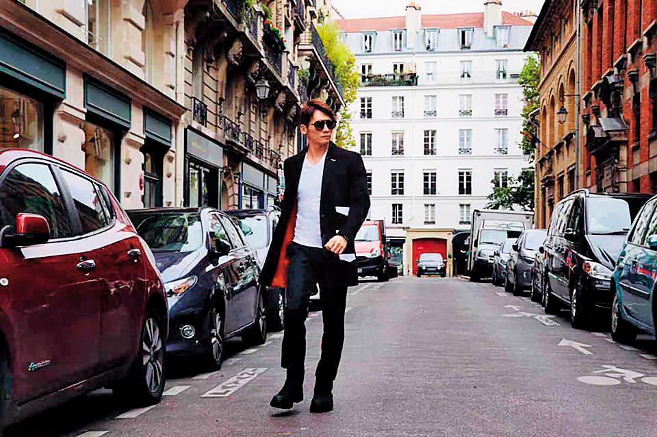 最新出爐的金鐘獎男配角得主溫昇豪,被騙去法國險參加羅浮宮封館走秀活動,他在臉書隻字未提,僅向粉絲分享巴黎的好天氣及美酒。(翻攝自溫昇豪臉書)