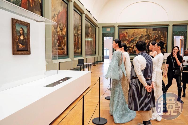 一群模特兒穿著禮服進場後,很明顯是參加羅浮宮私人導覽,欣賞蒙娜麗莎名畫,並非封館走秀。(翻攝自臉書)