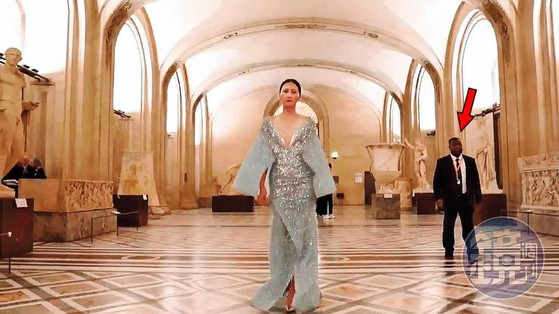 伊林名模退出後,里昂庭集團改找其他模特兒穿著台灣設計師打造的華服走進羅浮宮參加私人導覽,讓外界誤為是封館走秀。箭頭者為羅浮宮保全。(讀者提供)