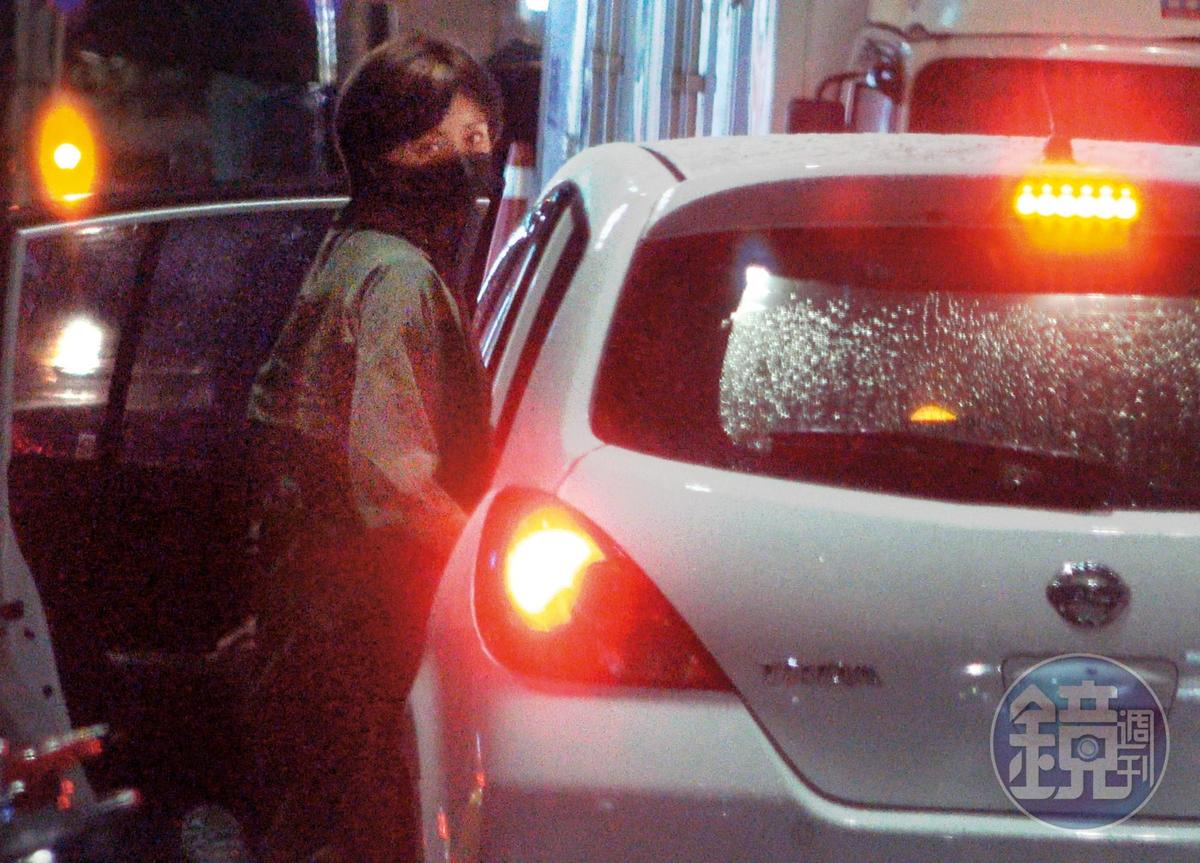 9/30 02:07 王瞳上車前發現本刊跟拍,明顯一臉不悅。