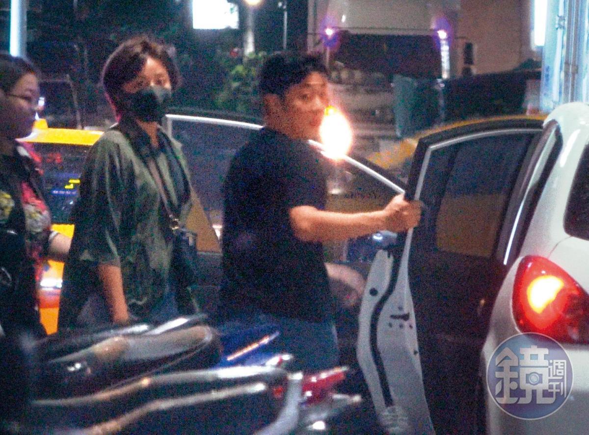 9/30 02:06 艾成先幫王瞳開車門,自己再坐上駕駛座。