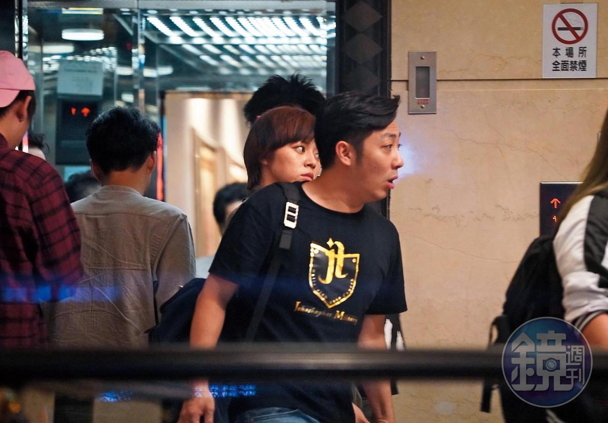 9月30日02:00本刊目擊艾成(右)帶著王瞳(左)和經紀人一行3人到北市東區錢櫃K歌慶生,直到凌晨約2點才從KTV離開。