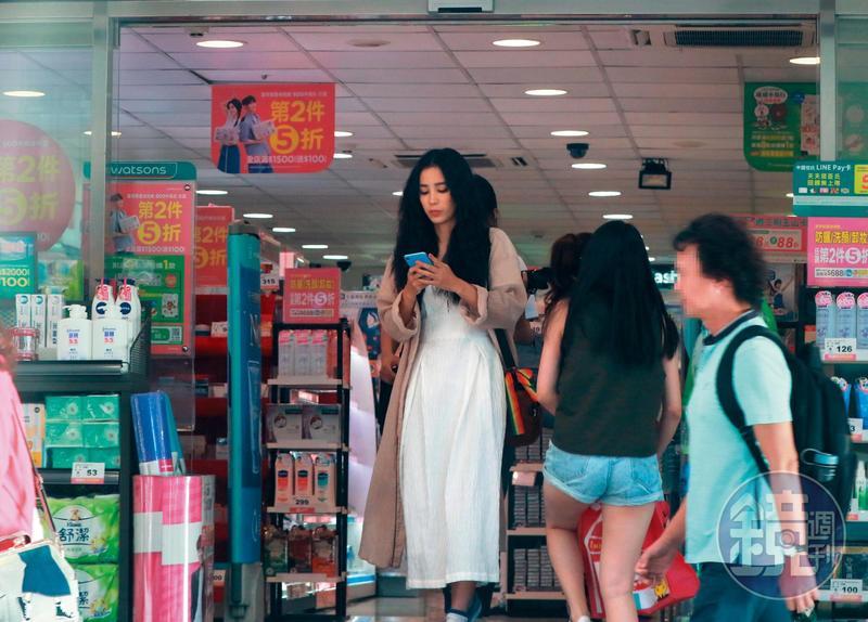 温貞菱結束一整天的工作行程後,頂著誇張的髮型到藥妝店購物。