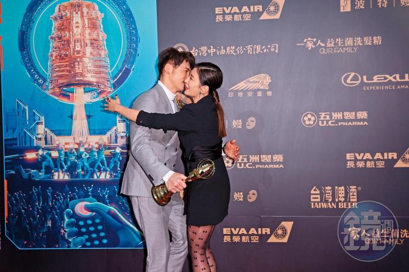 戲中演夫妻,戲外共得獎,賈靜雯跟溫昇豪是《與惡》的勝利組。