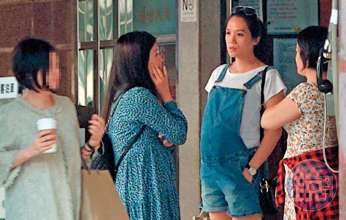 10月5日14:53,「準媽媽」連詠心赴東區與友人聚餐,仍舊一身率性打扮。