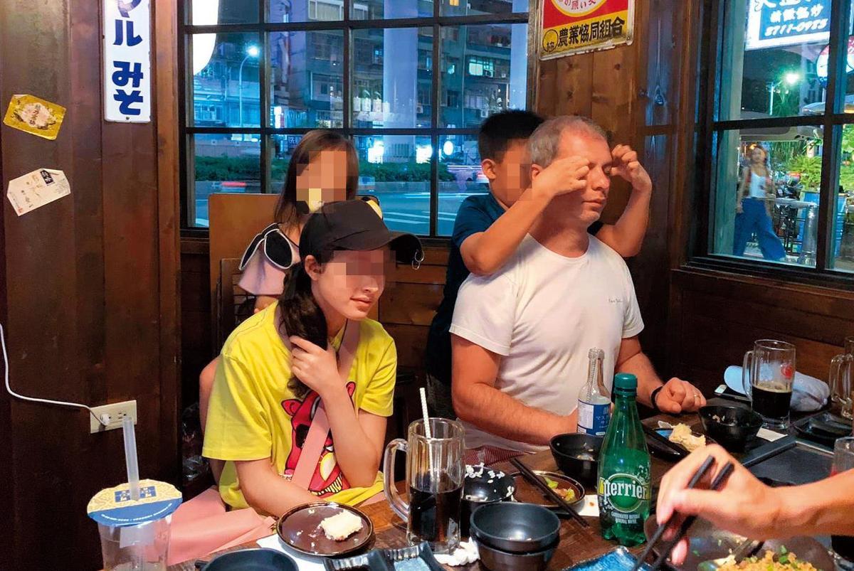 本刊接獲爆料,雷明思(前右)與前妻所生的女兒(前左)8月底也飛來台灣相聚,清秀亮眼的外型首度曝光。(翻攝臉書)