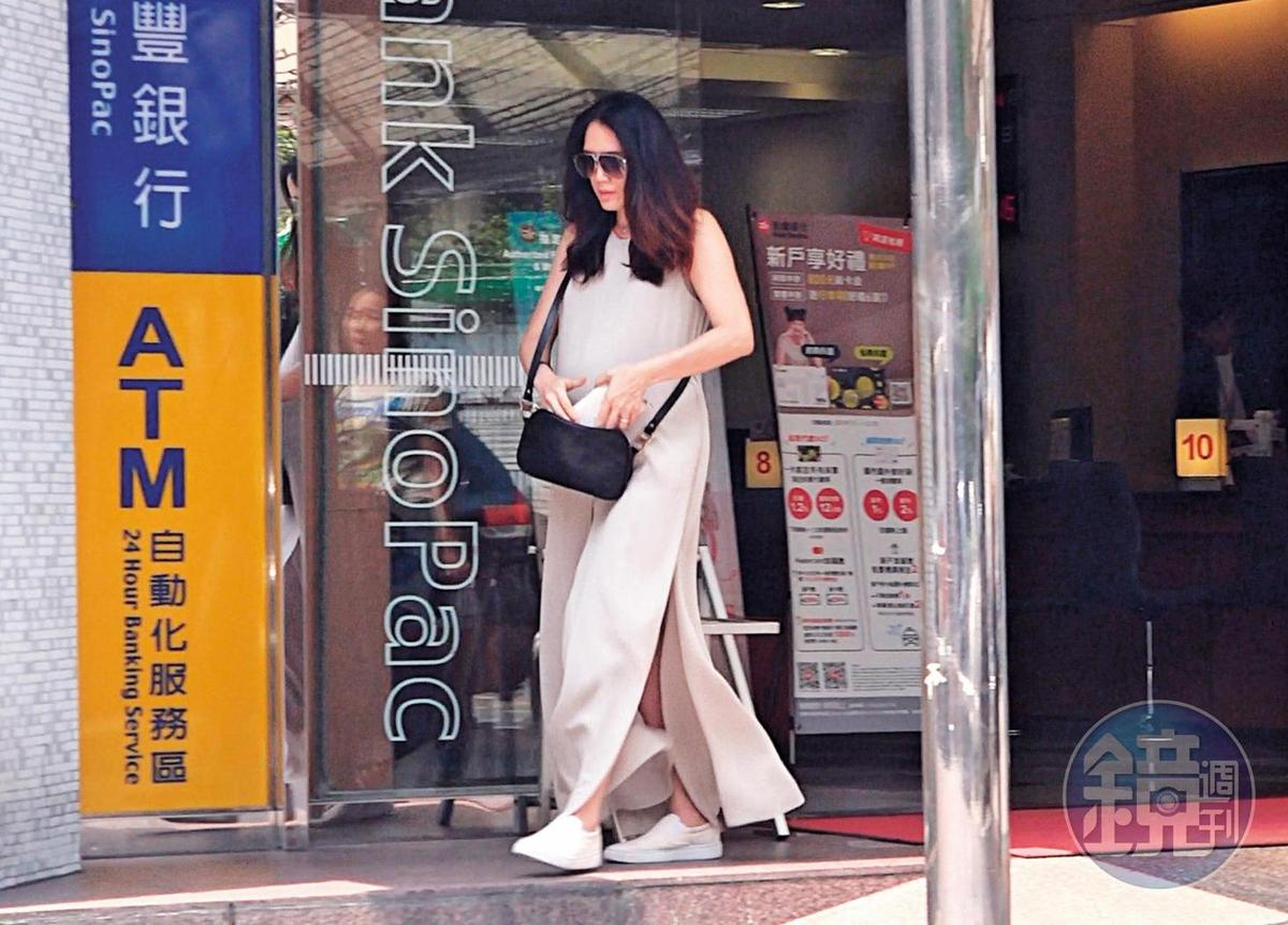 10月4日11:20,本刊直擊,一身米白色連身裝的連詠心,走向一品大廈附近的銀行提款機領錢。