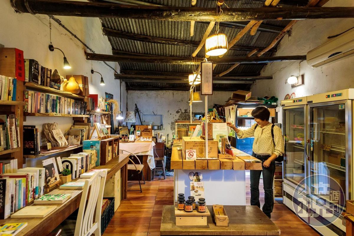 「小間蔬菜」內有簡單的手作閱讀空間,一側幾乎皆是賣在地物產。