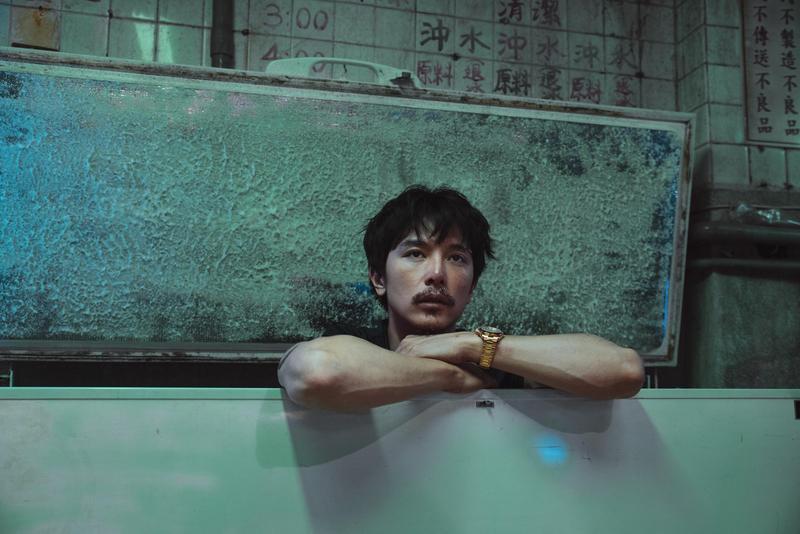 《江湖無難事》中,邱澤帶著屍體一起躲在大冰箱裡,放了一個屁。(華映提供)