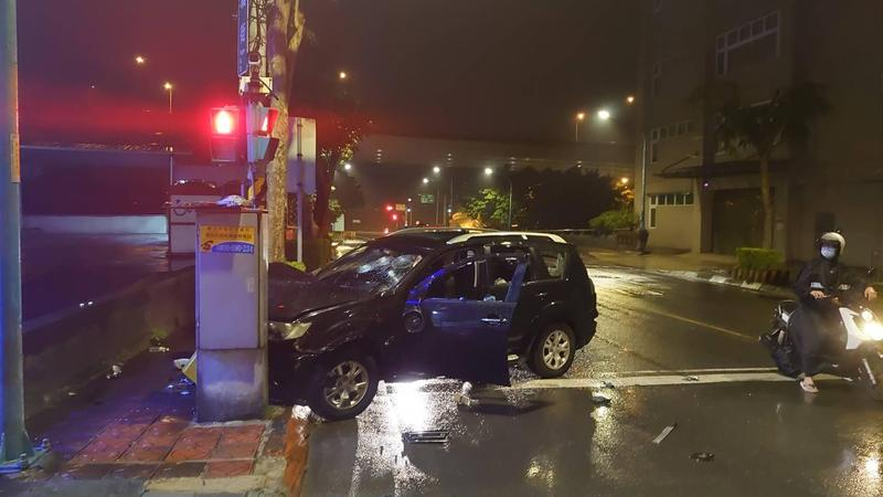 陳男載友返家途中遭惡意追撞,為逃離卻失控撞上號誌桿。(翻攝畫面)