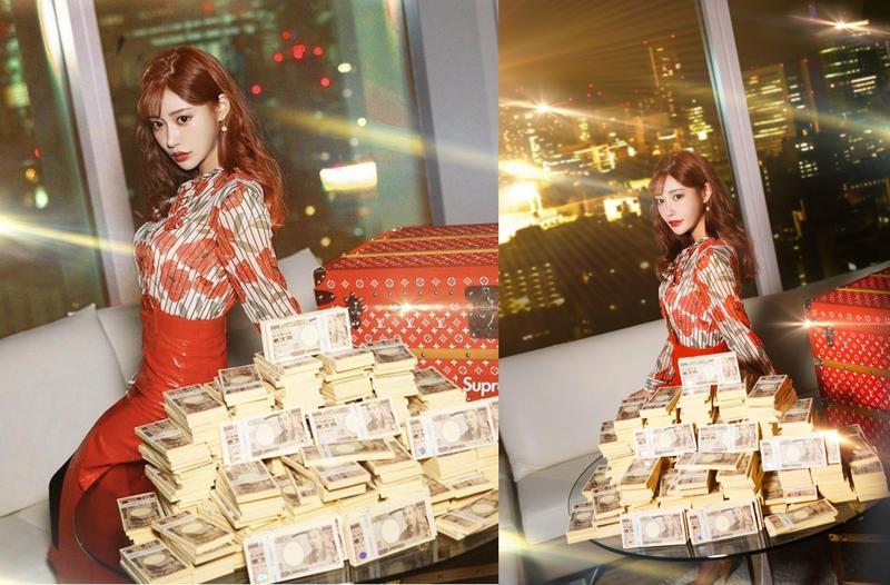 明日花綺羅在社群網站分享與萬元大鈔的合照,替好友「散財」回饋社會。(翻攝自推特)