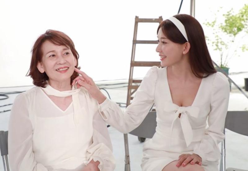 林志玲與母親吳慈美一同接拍健康食品廣告。(樂天派工作室提供)