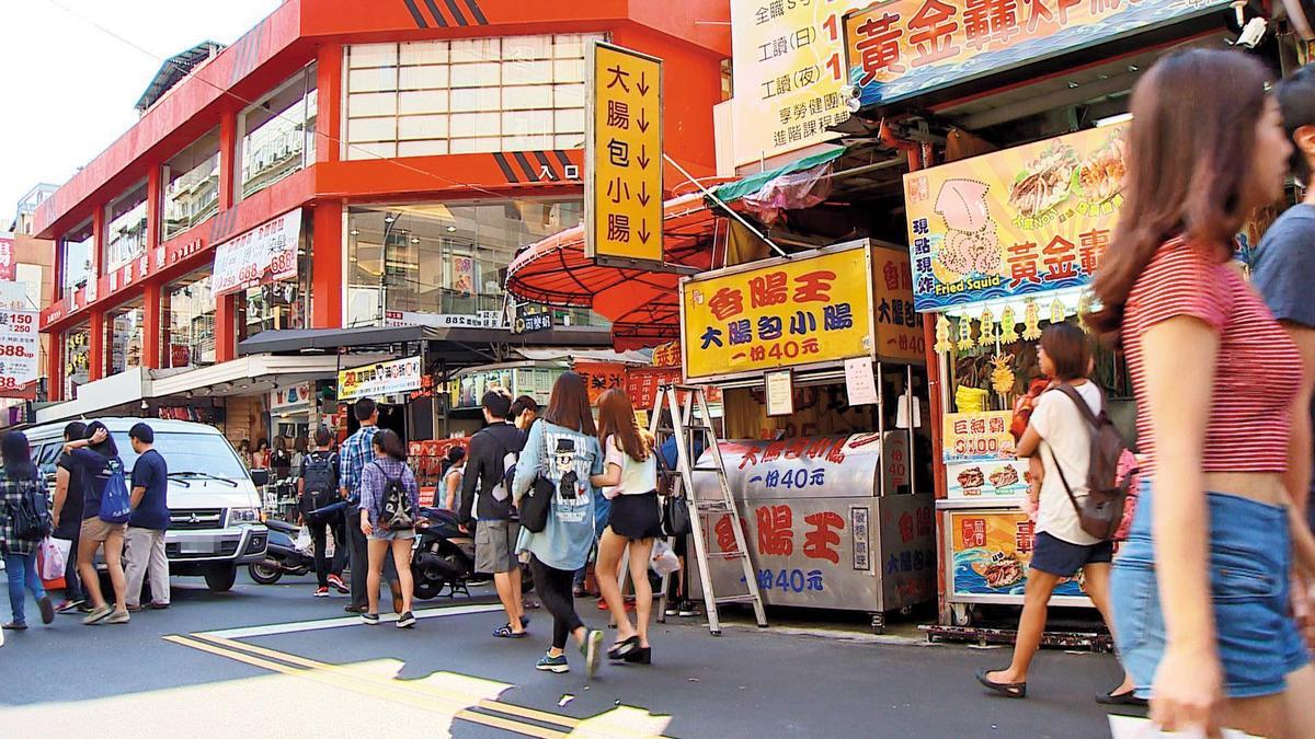 在一中街商圈的「香腸王」大腸包小腸,因價格便宜,生意相當好。(東森新聞提供)