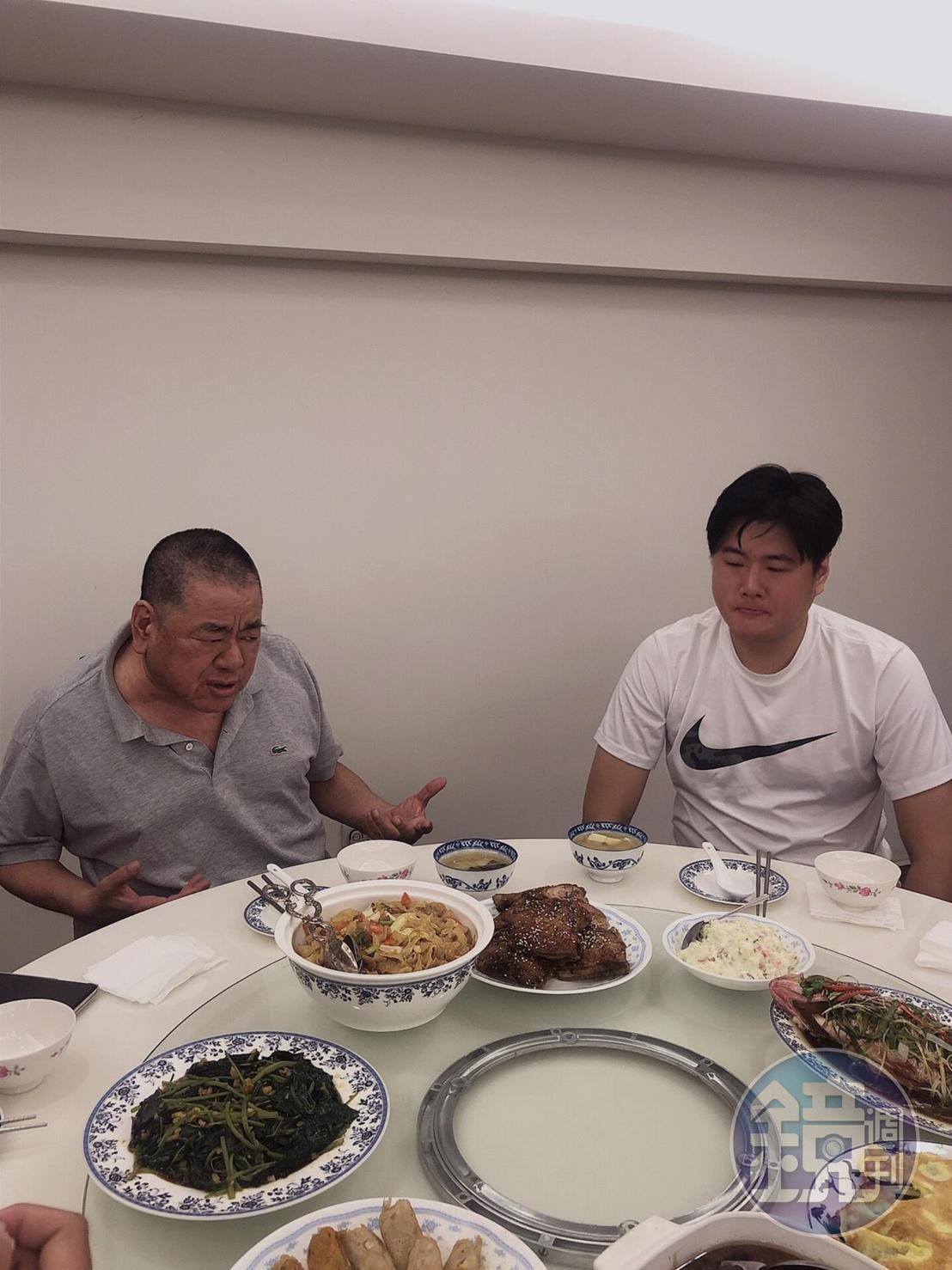 吳敦和兒子吳庭言共吃和解飯,席間吳庭言還幫吳敦夾菜,無時無刻關心老爸狀態。