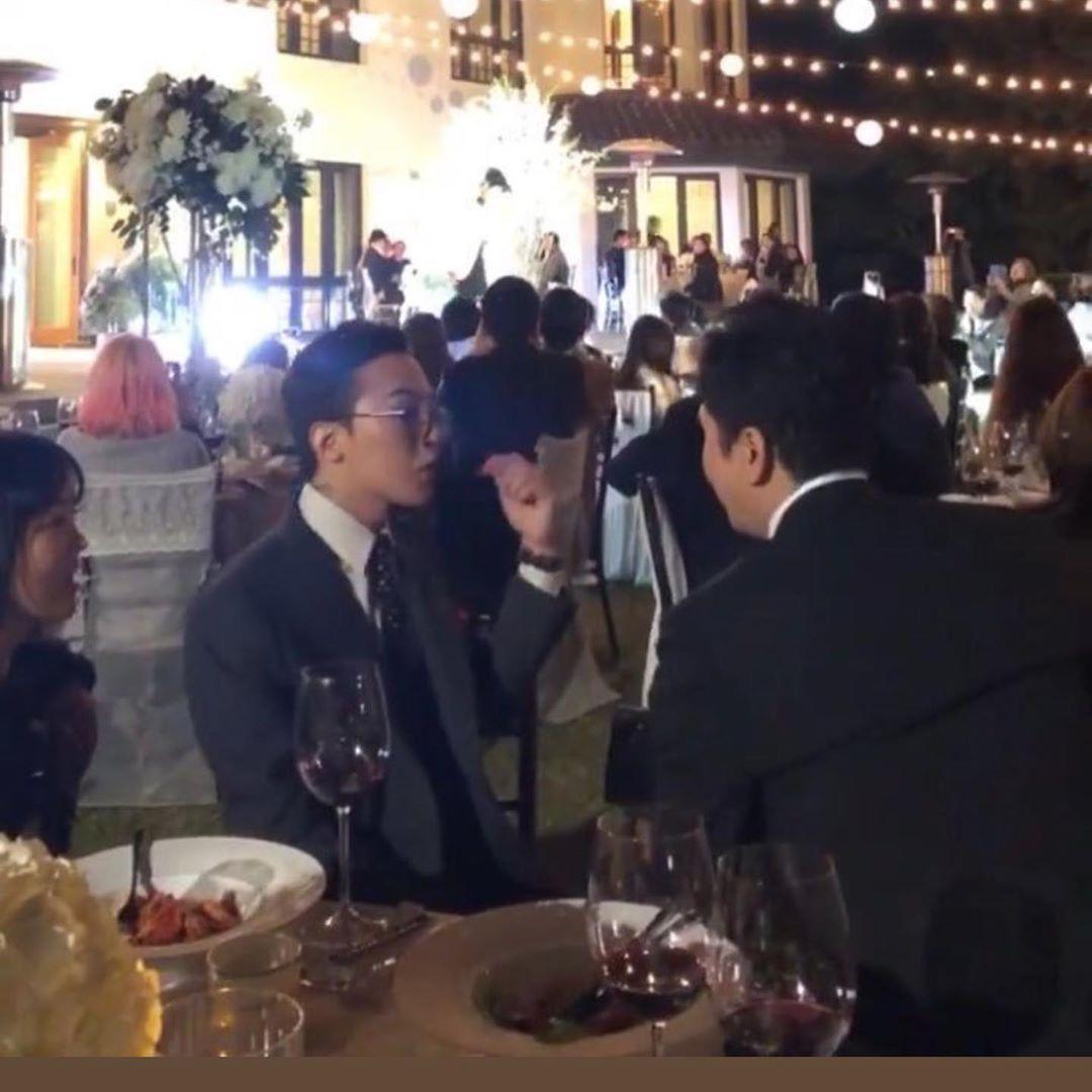 GD在婚禮現場不時與賓客寒喧。(翻攝自網路)