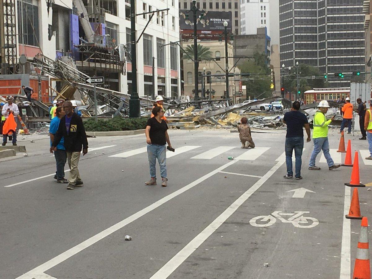 建物突然從頂端6至8層開始向下坍塌,大片建築鋼筋墜落街道,畫面讓人感到怵目驚心。(翻攝自WWL-TV)