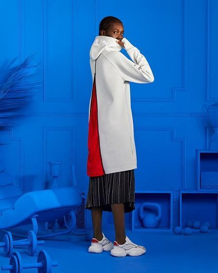 PUMA SELECT x KARL LAGERFELD聯名系列淺灰色連帽衣有巧思,背後拉鍊拉開會露出鮮明紅色,NT$4,880。(PUMA提供)