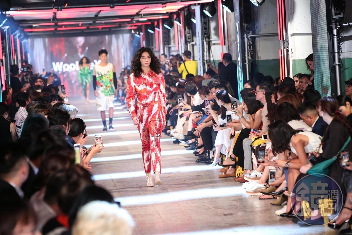 台北時裝週的走秀集結8個新銳設計師品牌及百名以上的模特兒。