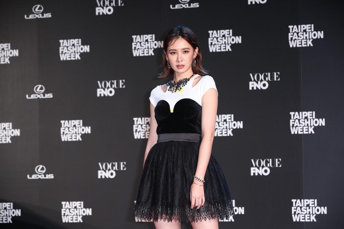 安心亞以黑白衣出席參觀時尚大秀。