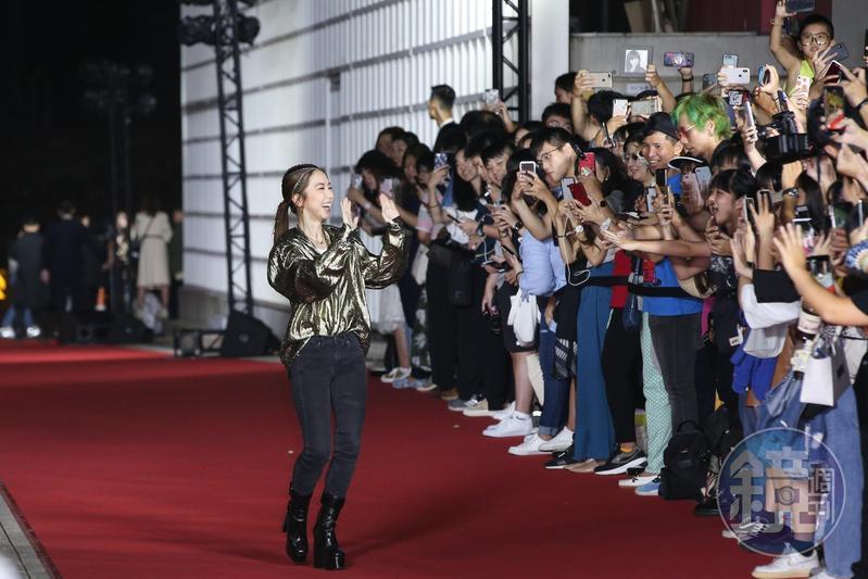 鄧紫棋在現場演唱,出場時受到歡迎。