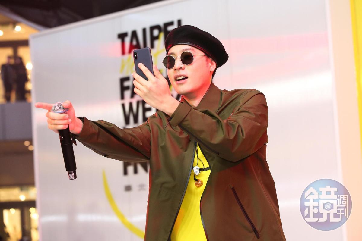 周湯豪唱到high時還拿出手機往下拍。