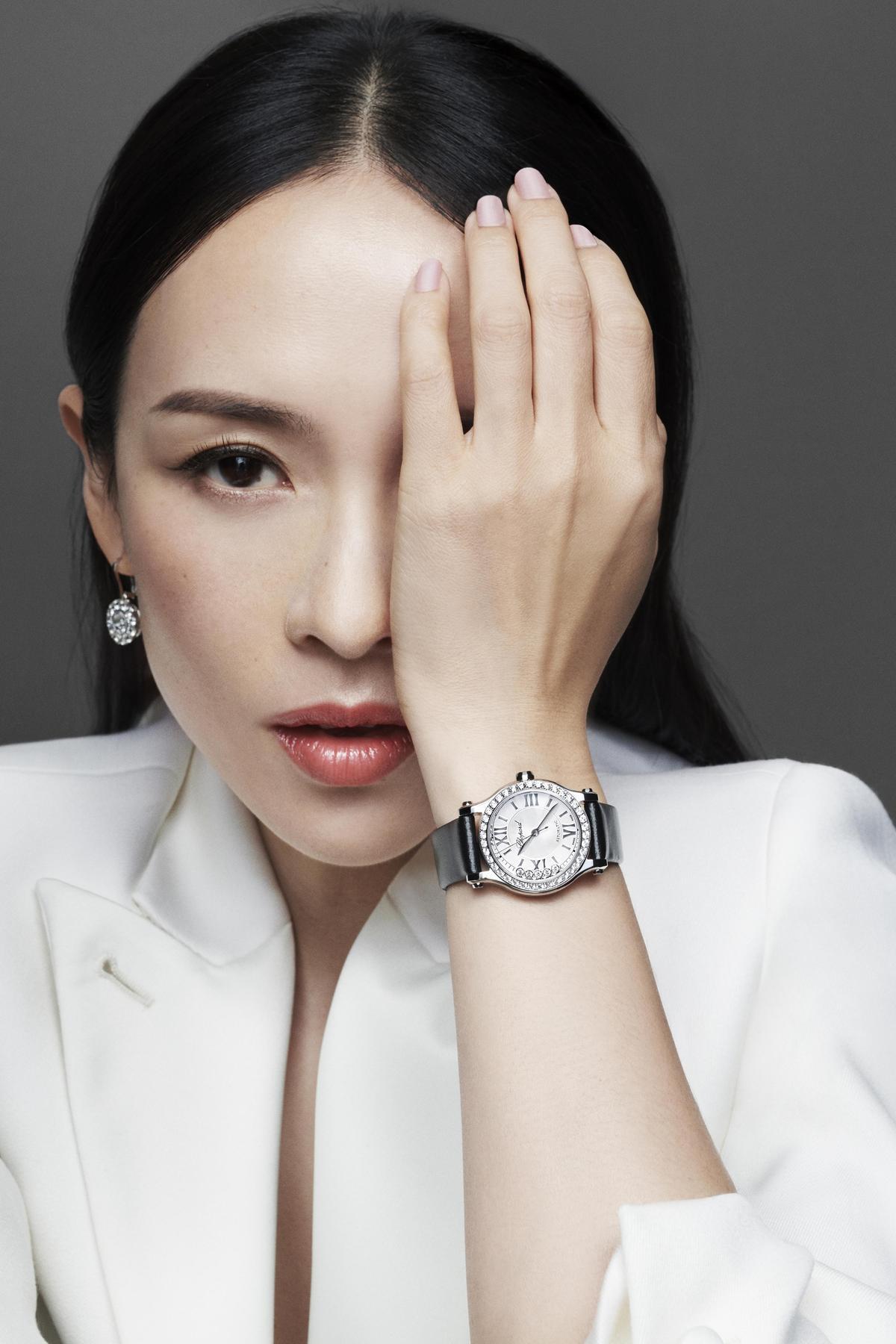 章子怡以「眼睛痛」的姿勢,展現蕭邦的華麗時計和珠寶。(迪生提供)