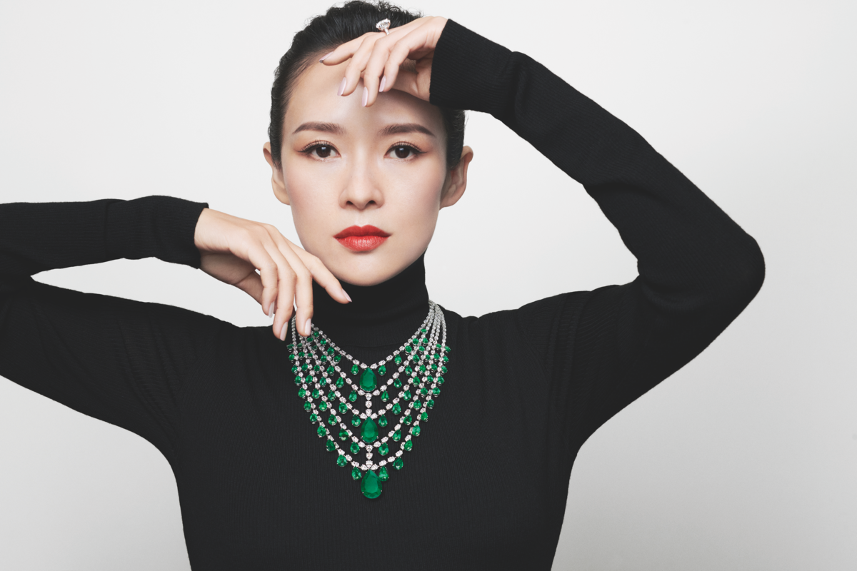 章子怡體態優雅,手勢雖是pose,但完全沒有刻意之感,自然流露珠寶之美。(迪生提供)