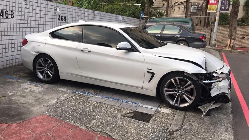 林嫌開初見面女網友的BMW逃逸,失控自撞電線桿被逮。(翻攝畫面)