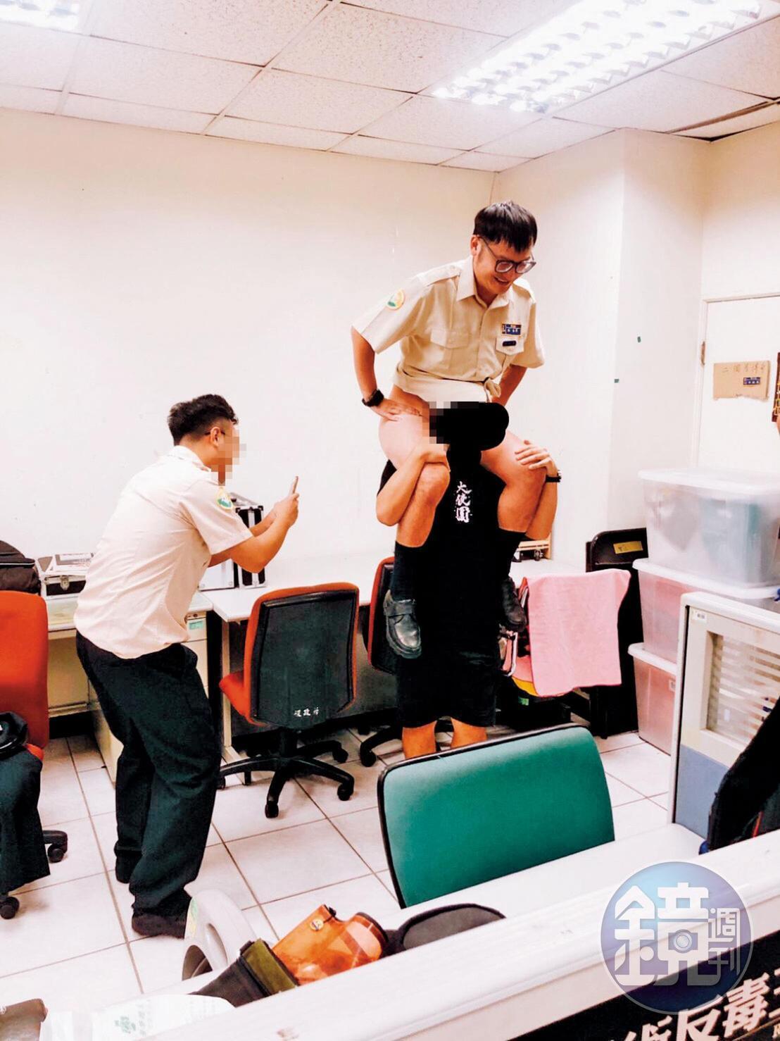KID(右)在辦公室內,裸臀騎在同袍身上,其他人則起鬨拍照。(讀者提供)