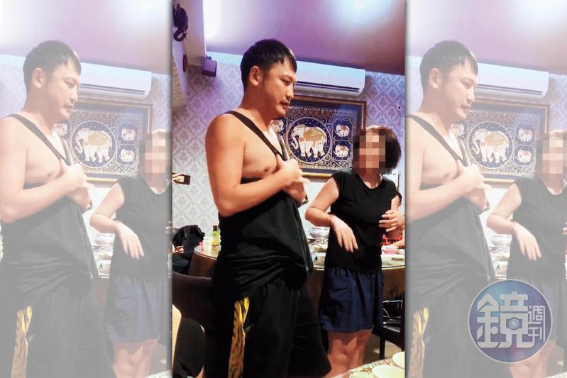 KID(左)與其他役男聚餐時,不但袒胸露乳,還要老闆娘跟著一起做。(讀者提供)