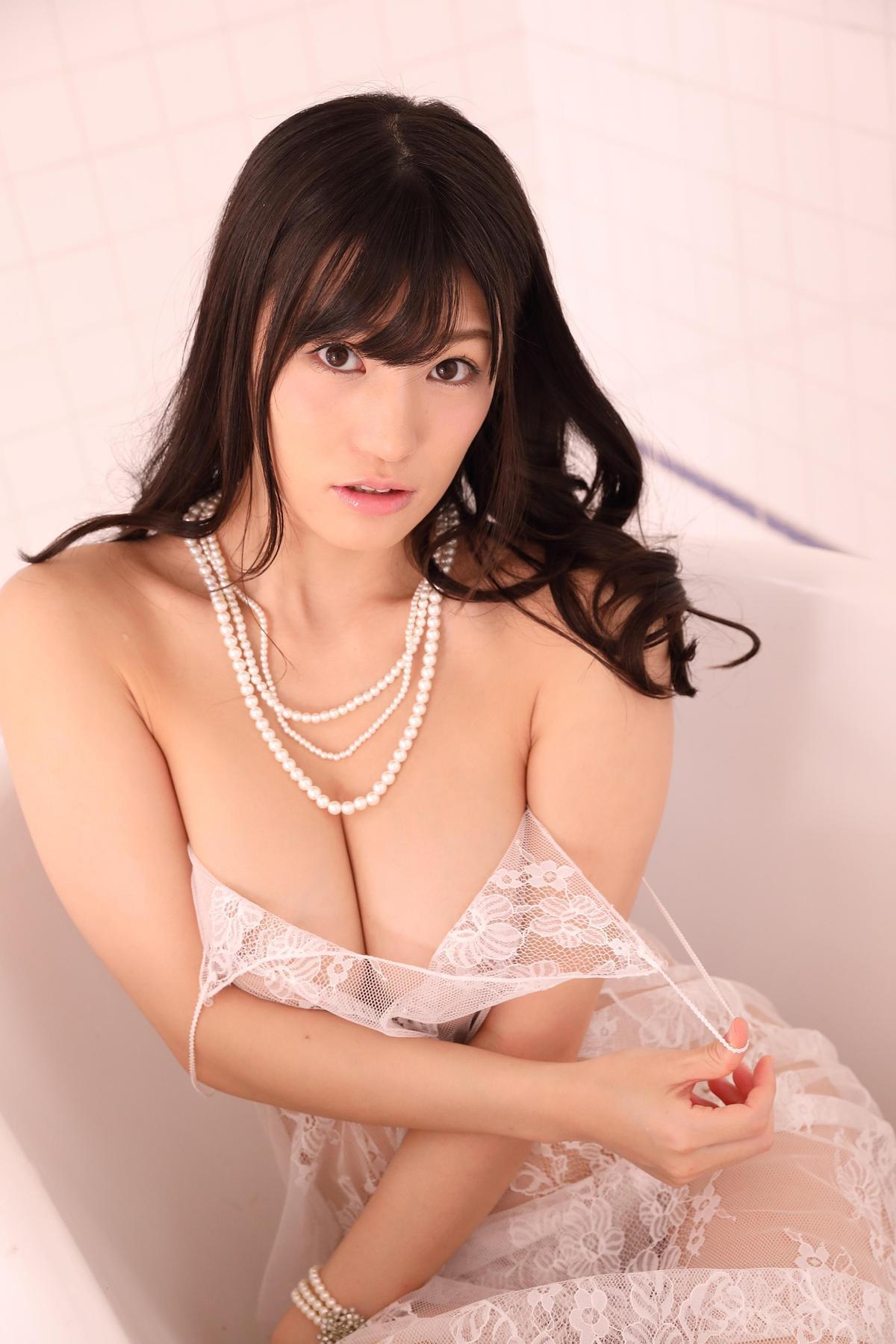 日本AV女優高橋聖子長相甜美,擁有傲人G奶,曾被譽為「未來寫真巨乳偶像界的救世主」。(禾力文創提供)