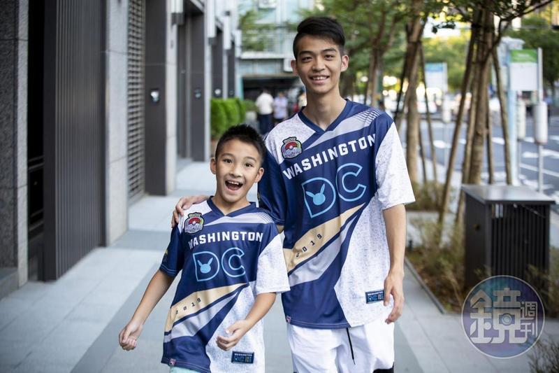 10歲的吳比(左)在2019年《寶可夢》世錦賽大放異彩,奪下VGC兒童組冠軍。大他9歲的哥哥吳震也是知名選手,並身兼弟弟的教練。