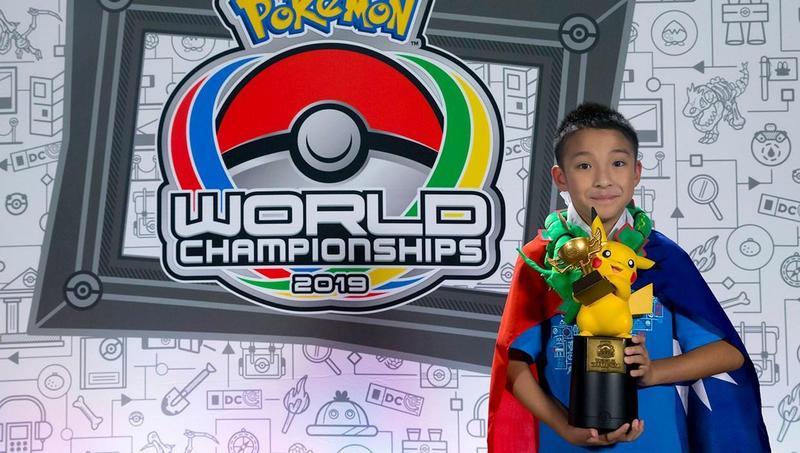吳比身披國旗,在《寶可夢》世錦賽舉起冠軍獎盃。(翻攝自Pokémon官方FB)