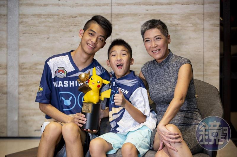從2017年起,羅茵如(右)就時常跟著兩個兒子吳震(左)、吳比一起出國比賽。她笑說都是靠兒子才有免費機票出國玩。
