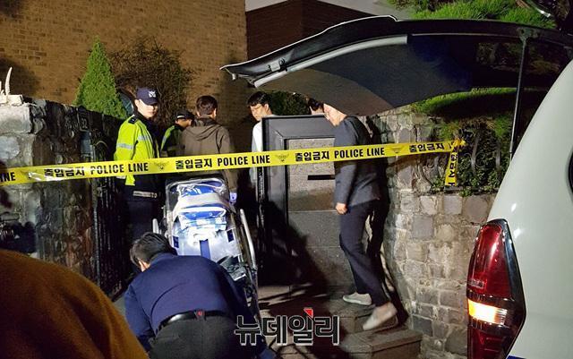 雪莉的遺體在晚間從她家被運出,移送醫院安置。(翻攝自newdaily網站)