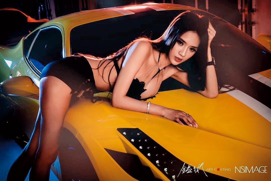 愛車的翁子涵,身穿黑色性感蕾絲內衣褲趴在車上,大方露出傲人身材及一雙美腿,人氣急速上升。(翻攝自翁子涵IG)