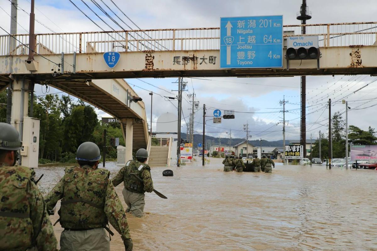 自衛隊到長野縣救災情形。(翻攝自推特)