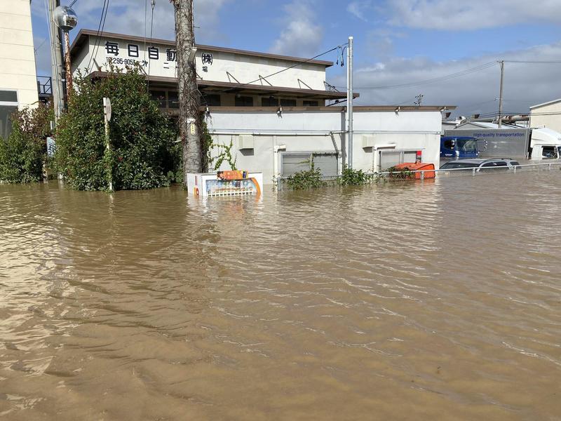 長野縣一處水淹到販賣機只看得到最上一排。(翻攝自推特)