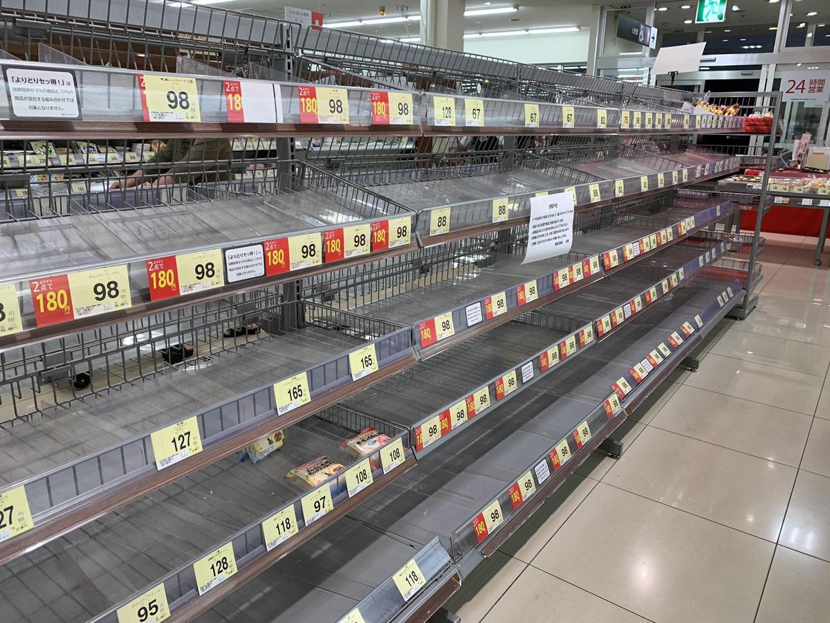 颱風來襲,長野縣賣場內食物都被搬空。(翻攝自推特)
