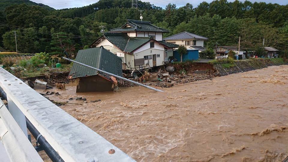 長野縣佐久穗町房屋被沖垮。(翻攝自推特)